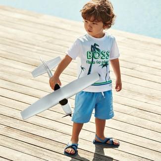 Wie kombinieren: weißes bedrucktes T-shirt, hellblaue Shorts, hellblaue Sandalen