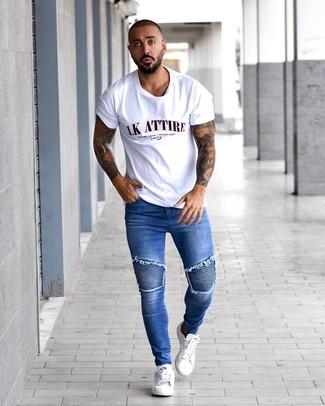 Wie kombinieren: weißes bedrucktes T-Shirt mit einem Rundhalsausschnitt, blaue enge Jeans, weiße Leder niedrige Sneakers