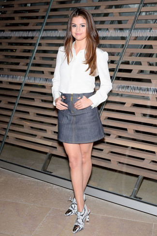 Selena Gomez trägt Weißes Businesshemd, Grauer Jeans Minirock, Graue Leder Stiefeletten mit Schlangenmuster