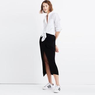 Wie kombinieren: weißes Businesshemd, schwarzer Midirock mit Schlitz, weiße und schwarze Leder niedrige Sneakers