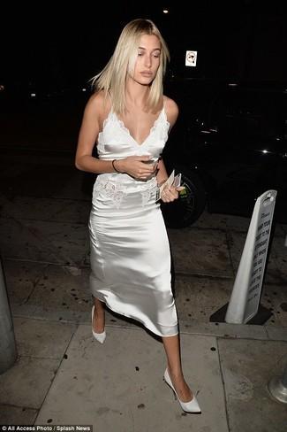 Wie kombinieren: weißes Camisole-Kleid aus Satin, weiße Leder Pumps, goldenes Armband