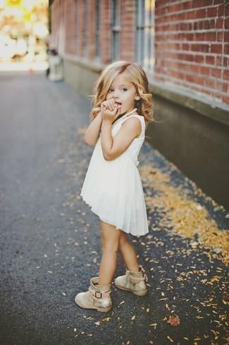 Wie kombinieren: weißes Chiffonkleid, goldene Stiefel