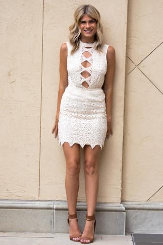 Braune Leder Sandaletten kombinieren – 107 Damen Outfits: Wahlen Sie ein weißes figurbetontes Kleid aus Häkel für einen Freizeit-Look, der, Charme und Charakter vermittelt. Braune Leder Sandaletten sind eine großartige Wahl, um dieses Outfit zu vervollständigen.