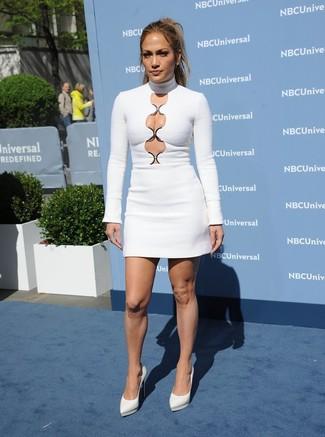 Jennifer Lopez trägt Weißes Figurbetontes Kleid mit Ausschnitten, Weiße Leder Pumps