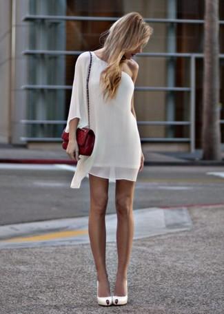 Wie kombinieren: weißes gerade geschnittenes Kleid aus Chiffon, weiße Leder Pumps, rote gesteppte Leder Umhängetasche