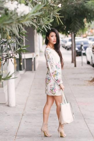 Tragen Sie ein weißes gerade geschnittenes kleid mit blumenmuster und eine weiße shopper tasche aus leder für ein großartiges Wochenend-Outfit. Komplettieren Sie Ihr Outfit mit hellbeige wildleder sandaletten.