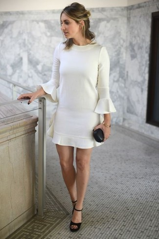 Wie kombinieren: weißes gerade geschnittenes Kleid mit Rüschen, schwarze klobige Wildleder Sandaletten, goldenes Armband