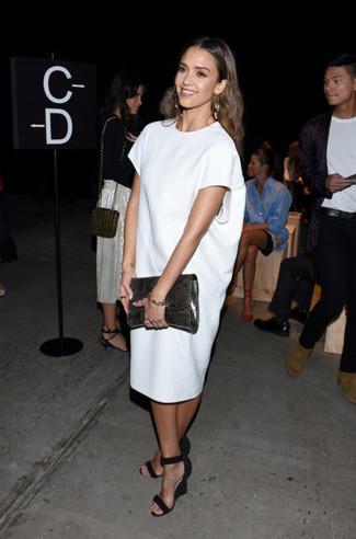 Jessica Alba trägt Weißes Gerade Geschnittenes Kleid, Schwarze Keilsandaletten aus Wildleder, Dunkelgraue Leder Clutch mit Schlangenmuster