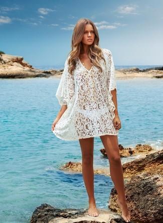 weißes Häkelstrandoberteil, weiße Bikinihose für Damen