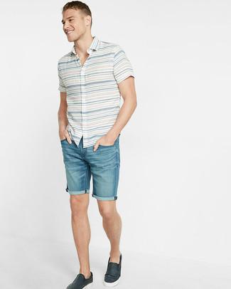 Wie kombinieren: weißes horizontal gestreiftes Kurzarmhemd, blaue Jeansshorts, dunkelblaue Slip-On Sneakers aus Leder