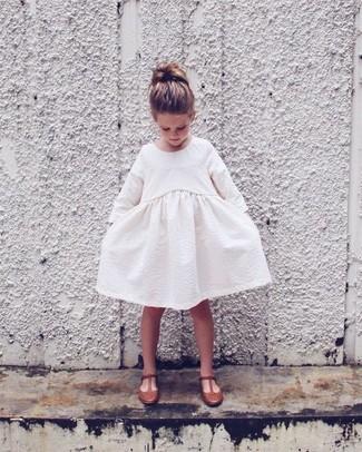 Wie kombinieren: weißes Kleid, braune Ballerinas