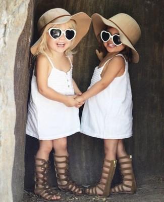 Wie kombinieren: weißes Kleid, braune Sandalen, hellbeige Hut