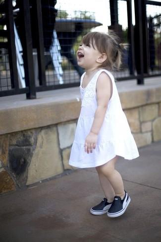 Wie kombinieren: weißes Kleid, schwarze Turnschuhe