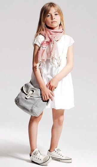 Wie kombinieren: weißes Kleid, weiße Turnschuhe, rosa Schal