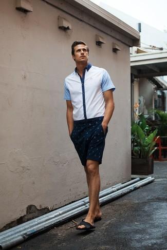Wie kombinieren: weißes Kurzarmhemd, dunkelblaue bedruckte Shorts, schwarze Ledersandalen