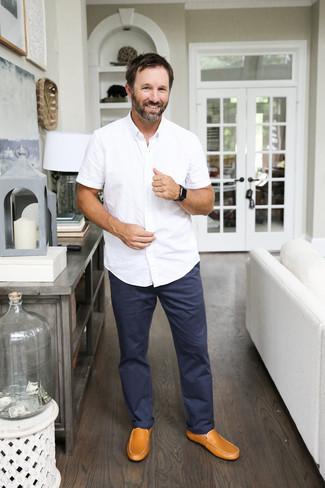 Mokassins kombinieren: Tragen Sie ein weißes Kurzarmhemd und eine dunkelblaue Chinohose, um mühelos alles zu meistern, was auch immer der Tag bringen mag. Ergänzen Sie Ihr Look mit Mokassins.