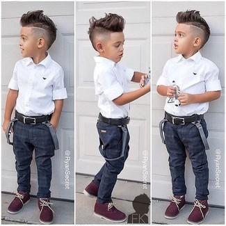 Wie kombinieren: weißes Kurzarmhemd, dunkelblaue Jeans, dunkelrote Chukka-Stiefel