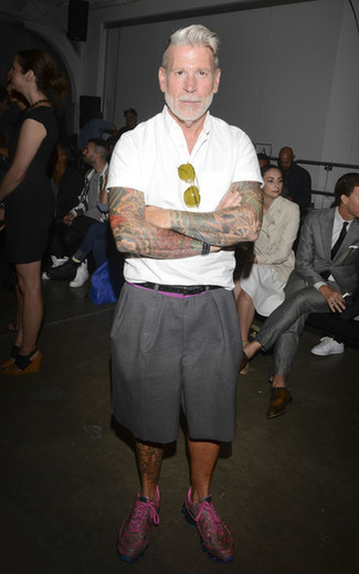 Nick Wooster trägt weißes Kurzarmhemd, graue Shorts, fuchsia Sportschuhe