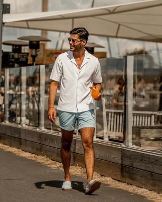 Wie kombinieren: weißes Kurzarmhemd, hellblaue Shorts, hellblaue Segeltuch Espadrilles