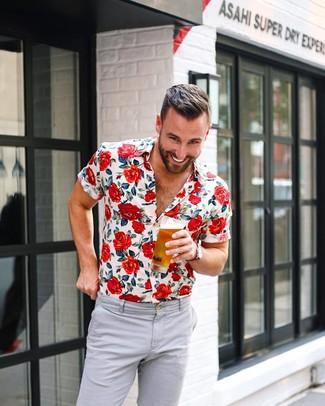 Wie kombinieren: weißes Kurzarmhemd mit Blumenmuster, graue Chinohose, rote Segeltuchuhr