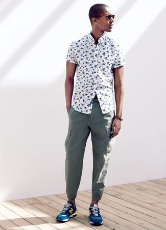 Wie kombinieren: weißes Kurzarmhemd mit Blumenmuster, grüne Cargohose, blaue Sportschuhe