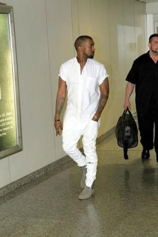 Kanye West trägt Weißes Kurzarmhemd, Weiße Enge Jeans mit Destroyed-Effekten, Graue Chelsea-Stiefel aus Wildleder