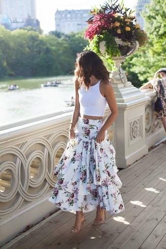 Wie kombinieren: weißes kurzes Oberteil, weißer Maxirock mit Blumenmuster, hellbeige Leder Sandaletten