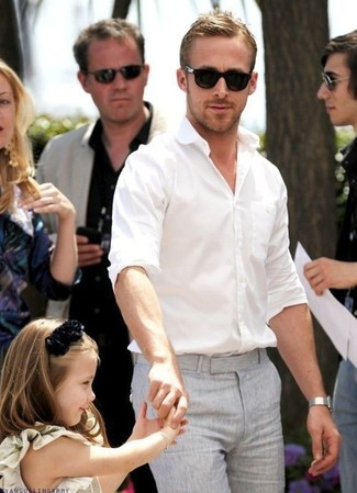 Ryan Gosling trägt Weißes Langarmhemd, Graue Anzughose