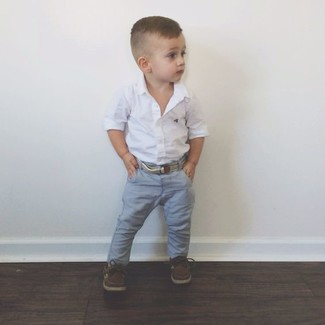 Wie kombinieren: weißes Langarmhemd, graue Jeans, dunkelbraune Bootsschuhe