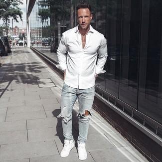 Wie kombinieren: weißes Langarmhemd, hellblaue enge Jeans mit Destroyed-Effekten, weiße hohe Sneakers aus Leder