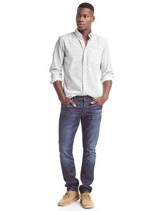 Wie kombinieren: weißes Langarmhemd mit Blumenmuster, dunkelblaue Jeans, beige Chukka-Stiefel aus Wildleder