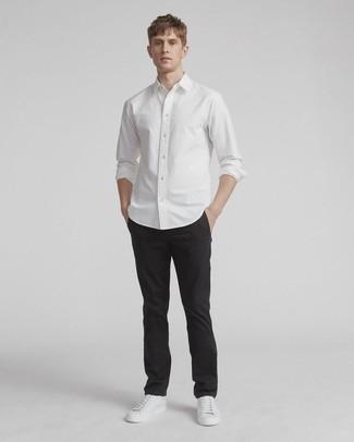 Schwarze Chinohose kombinieren: Kombinieren Sie ein weißes Langarmhemd mit einer schwarzen Chinohose für ein bequemes Outfit, das außerdem gut zusammen passt. Suchen Sie nach leichtem Schuhwerk? Ergänzen Sie Ihr Outfit mit weißen Leder niedrigen Sneakers für den Tag.