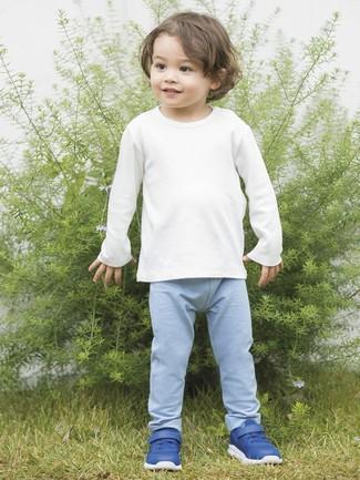Wie kombinieren: weißes Langarmshirt, hellblaue Jogginghose, blaue Turnschuhe