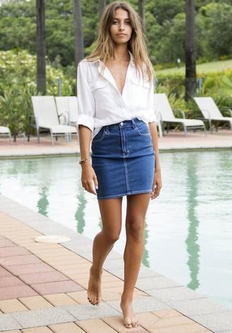 Wie kombinieren: weißes Leinen Businesshemd, blauer Jeans Minirock