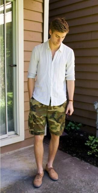 Wie kombinieren: weißes Leinen Langarmhemd, olivgrüne Camouflage Shorts, beige Wildleder Brogues