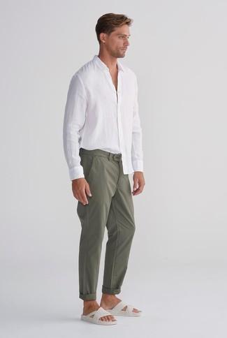 Wie kombinieren: weißes Leinen Langarmhemd, olivgrüne Chinohose, weiße Ledersandalen