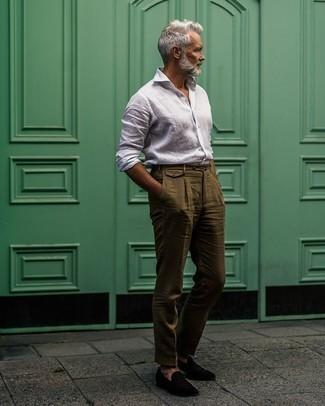 Schwarze Samt Slipper kombinieren – 78 Herren Outfits: Entscheiden Sie sich für ein weißes Leinen Langarmhemd und eine olivgrüne Leinen Anzughose für einen stilvollen, eleganten Look. Schwarze Samt Slipper sind eine kluge Wahl, um dieses Outfit zu vervollständigen.