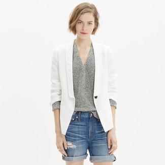 Wie kombinieren: weißes Leinen Sakko, grauer Pullover mit einem V-Ausschnitt, blaue Jeansshorts mit Destroyed-Effekten