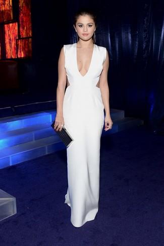 Selena Gomez trägt Weißes Maxikleid mit Ausschnitten, Schwarze Clutch