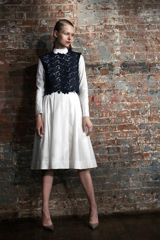 Möchten Sie einen stylischen, lockeren Look kreieren, ist diese Paarung aus einem weißen Midikleid und einem dunkelblauen kurzem Oberteil aus Spitze Ihre Wahl. Olivgrüne leder pumps sind eine gute Wahl, um dieses Outfit zu vervollständigen.