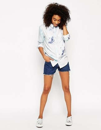 Wie kombinieren: weißes Mit Batikmuster Businesshemd, blaue Jeansshorts, silberne Leder niedrige Sneakers