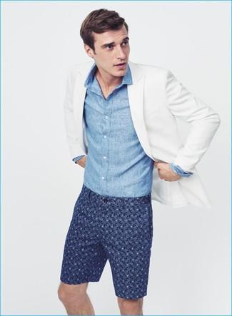 Wie kombinieren: weißes Sakko, blaues Chambray Langarmhemd, dunkelblaue bedruckte Shorts