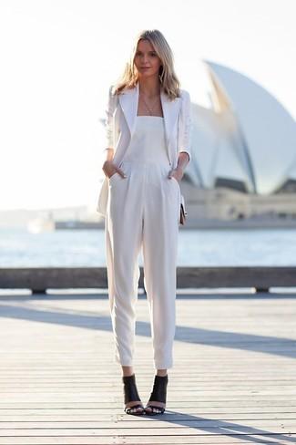 weißes Sakko, weißer Jumpsuit, schwarze Leder Sandaletten für Damen