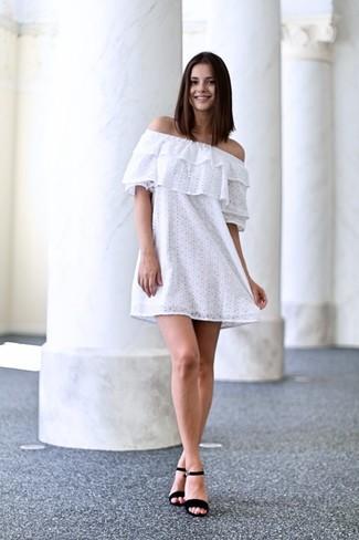 reputable site 9b741 413f9 weißes schulterfreies Kleid aus Spitze, schwarze Wildleder ...