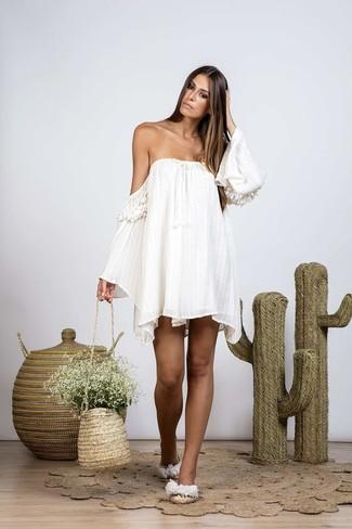 Beige Stroh Beuteltasche kombinieren – 7 Damen Outfits: Kombinieren Sie ein weißes schulterfreies Kleid mit einer beige Stroh Beuteltasche, umein frischen, entspanntes Outfit zu kreieren, der in der Garderobe der Frau nicht fehlen darf. Hellbeige flache Sandalen aus Stroh sind eine großartige Wahl, um dieses Outfit zu vervollständigen.