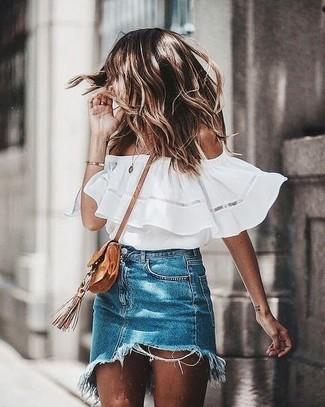 Wie kombinieren: weißes schulterfreies Oberteil, blauer Jeans Minirock, beige Wildleder Umhängetasche