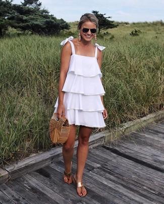 Wie kombinieren: weißes schwingendes Kleid mit Rüschen, beige Leder Zehentrenner, beige Stroh Clutch