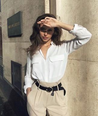 Weißes Seide Businesshemd kombinieren – 58 Damen Outfits: Um ein verfeinertes Aussehen zu erreichen, probieren Sie diese Paarung aus einem weißen Seide Businesshemd und einer hellbeige weiter Hose.