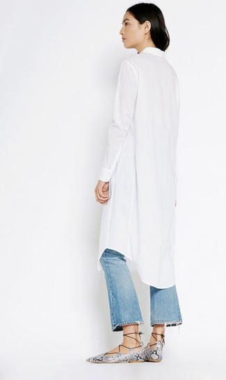 Wie kombinieren: weißes Shirtkleid, blaue Schlagjeans mit Destroyed-Effekten, graue Römersandalen aus Leder mit Schlangenmuster