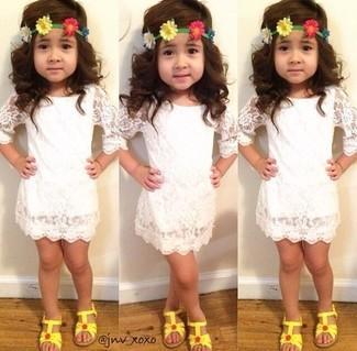 Wie kombinieren: weißes Spitzekleid, gelbe Sandalen